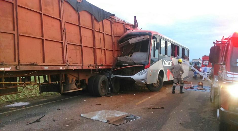 Colisão entre ônibus e carreta deixa uma pessoa morta e cinco feridas em Mineiros