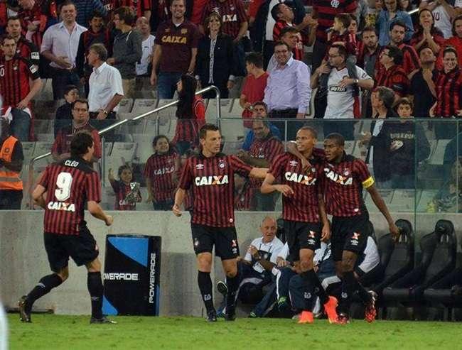 Desinteressados, Atlético-PR e Santos só empatam