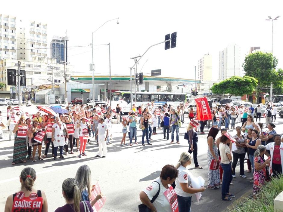 Em protesto, servidores da Saúde fecham a Praça Cívica