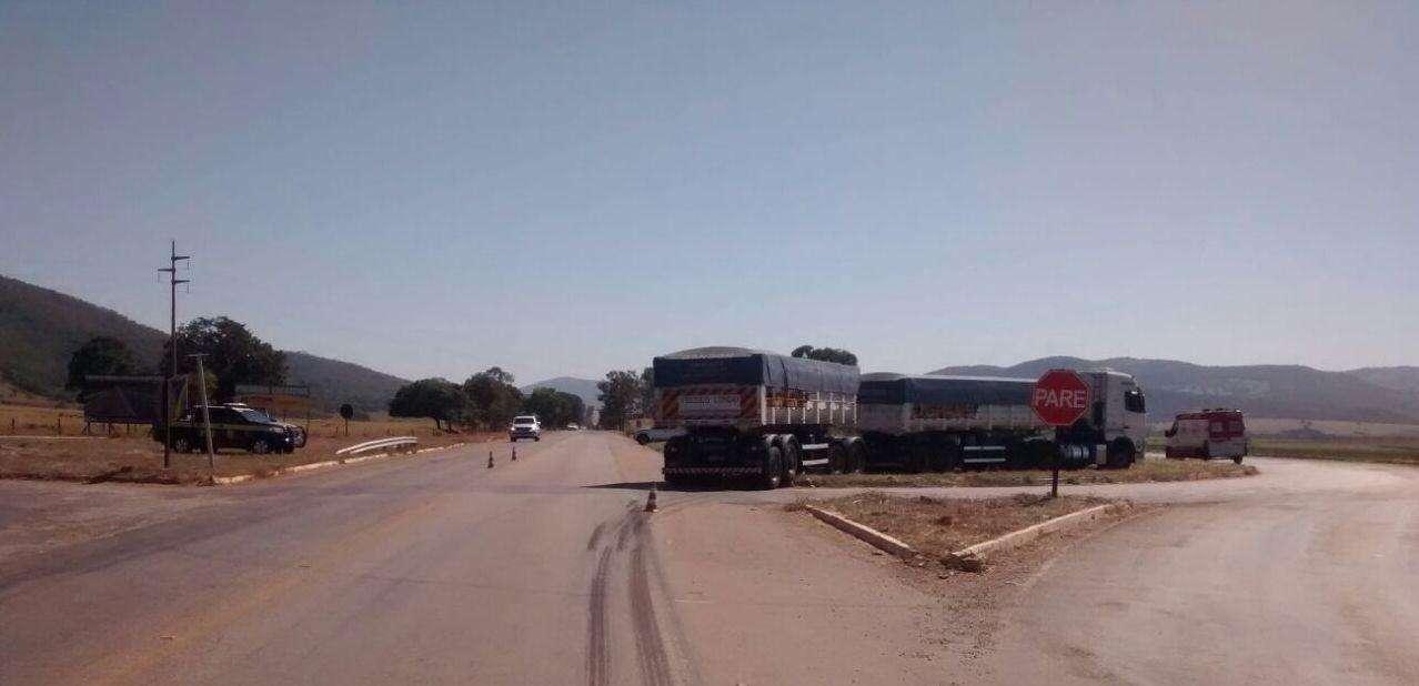 Seis jovens ficam gravemente feridos em colisão entre carreta e veículo em Goianésia