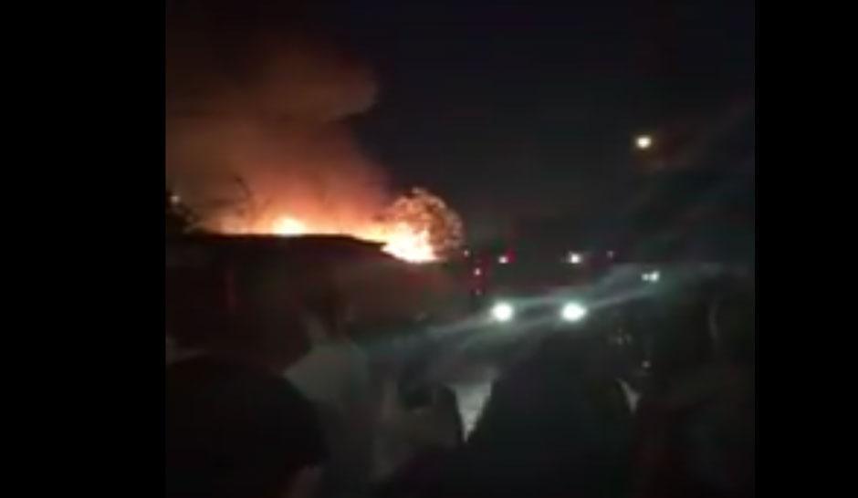 Carro pega fogo e incêndio atinge residência no Setor Jardim Europa, em Goiânia