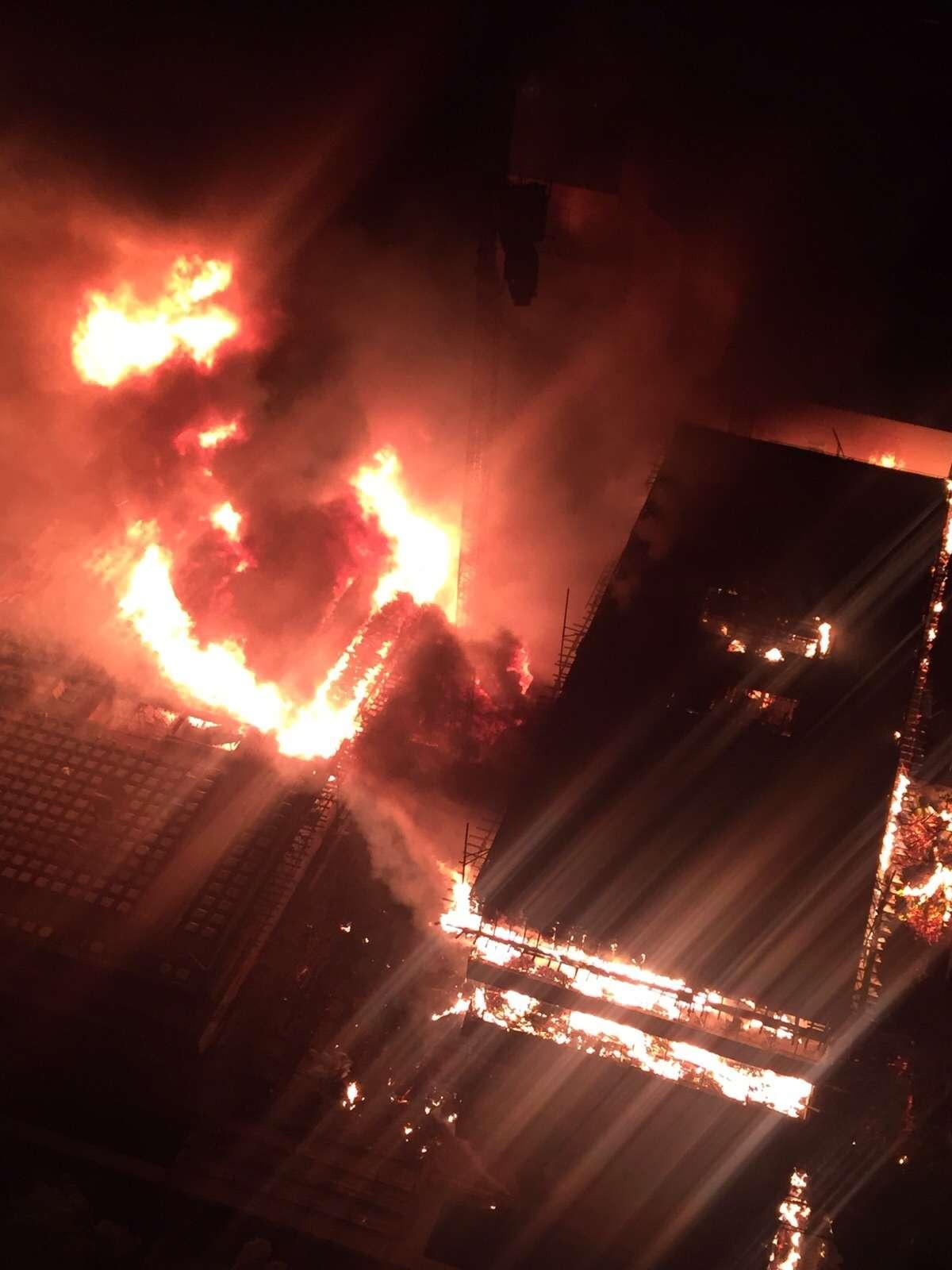 Incêndio de grandes proporções atinge prédio em construção do TRT, no setor Bueno