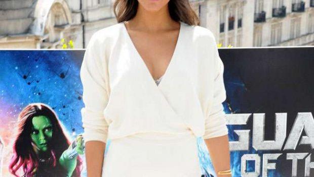 Após rumores, Zoe Saldana exibe barriga de grávida em evento
