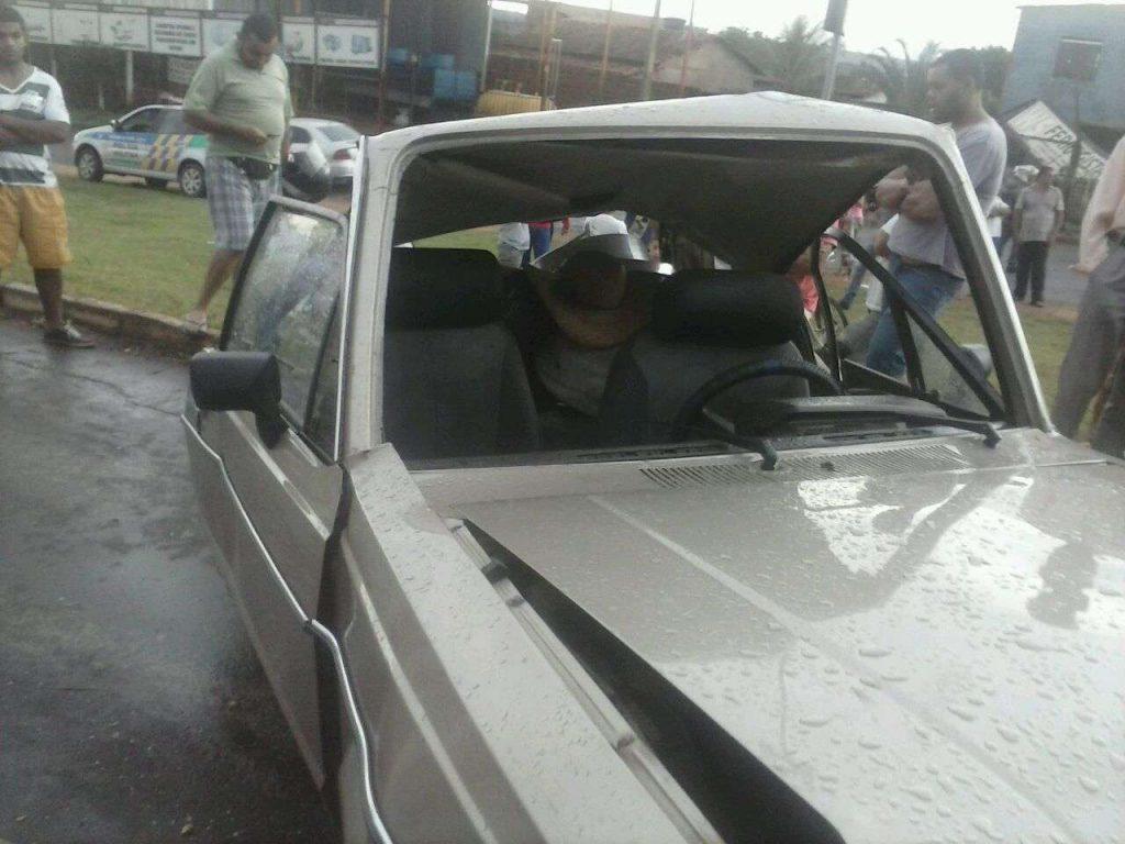 Carreta bate em carro de passeio na GO-070