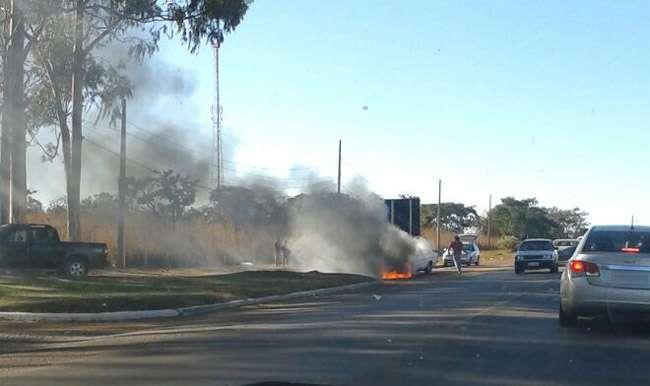 Carro pega fogo próximo a Base Aérea de Anápolis