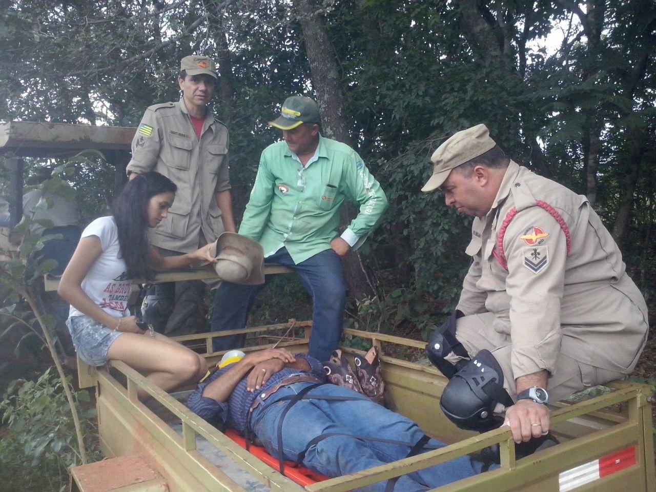 Bombeiros resgatam homem que lesionou a coluna ao cair de cavalo, em Serranópolis