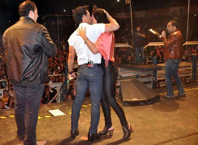Zezé di Camargo faz 52 anos e recebe a namorada em show