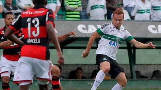 Flamengo vence Coritiba e deixa zona de rebaixamento
