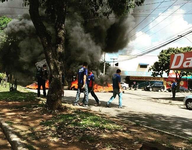 Termina manifestação de comerciantes na Vila Canaã