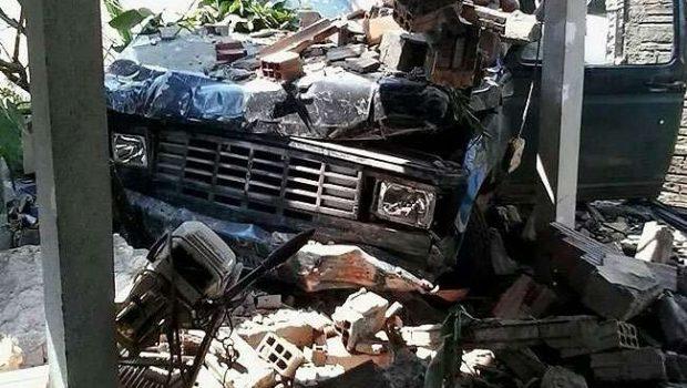Motorista fica ferido após caminhonete invadir casa em Crixás
