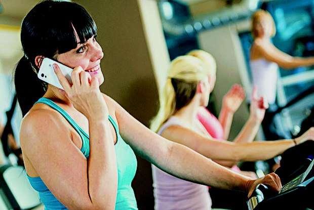 Celular na academia 'anula' efeito dos exercícios no corpo, aponta pesquisa