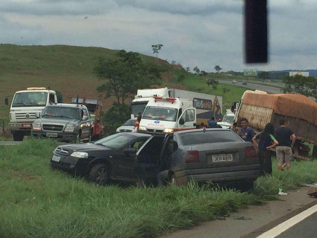 Cerca de 10 carros se envolvem em acidente na BR-060