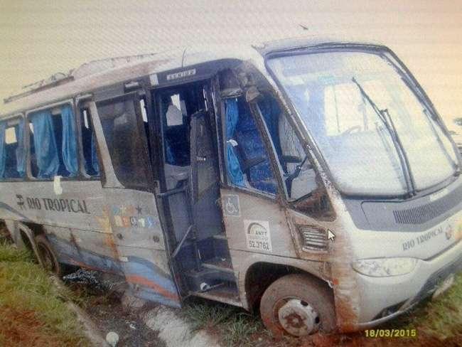 Veículo com grupo de veterinários russos tomba na BR-060
