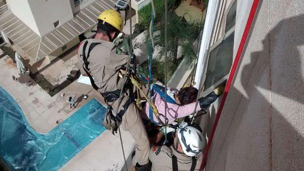Bombeiros resgatam trabalhadores em prédios de Goiânia
