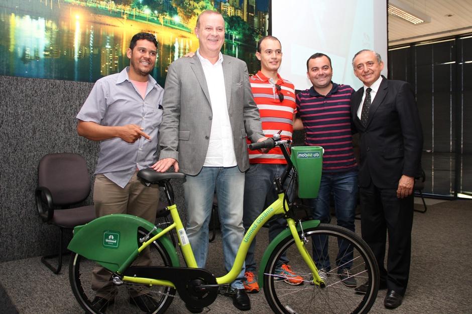 Paulo Garcia apresenta bicicletas públicas compartilhadas que vão rodar em Goiânia