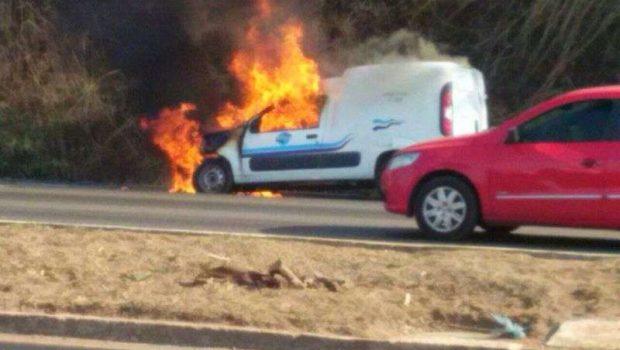 Carro pega fogo na Avenida Perimetral Norte