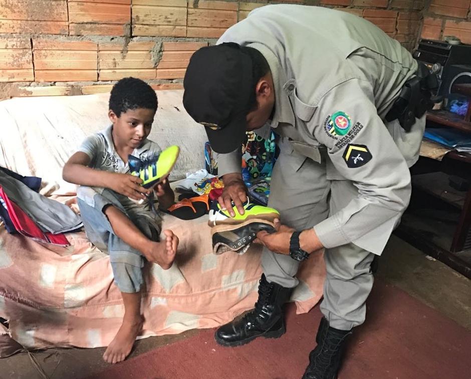 PMs se mobilizam para ajudar criança que estava buscando materiais escolares no lixo
