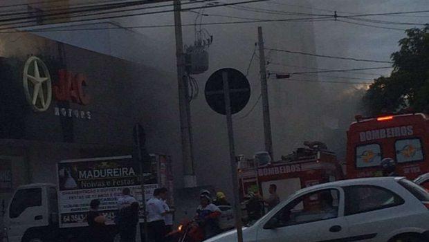 Incêndio atinge subsolo de concessionária de automóveis no Setor Bueno