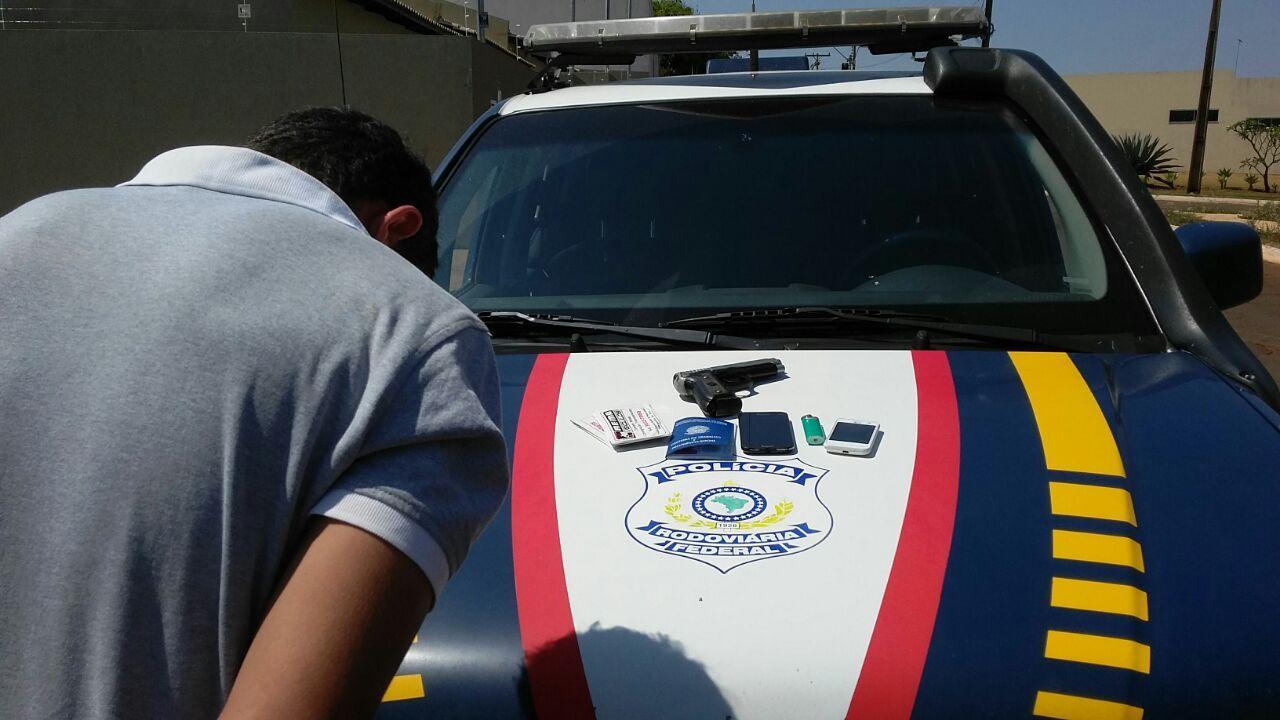 Jovem é preso instantes depois de assaltar mulher, em Jataí