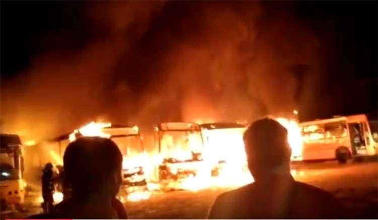 Bandidos ateiam fogo em ônibus e tocam o terror na cidade de Jataí