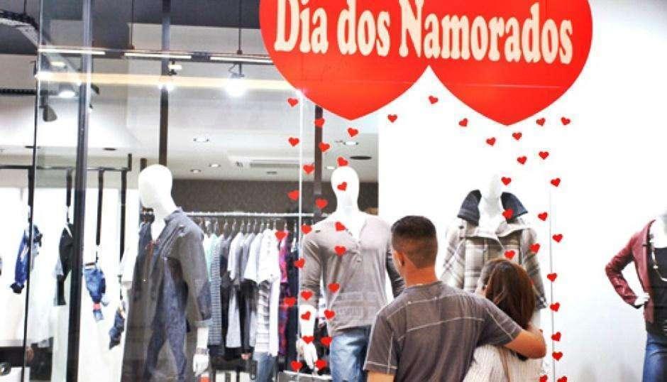 Um em cada três brasileiros irá gastar mais do que pode neste Dia dos Namorados