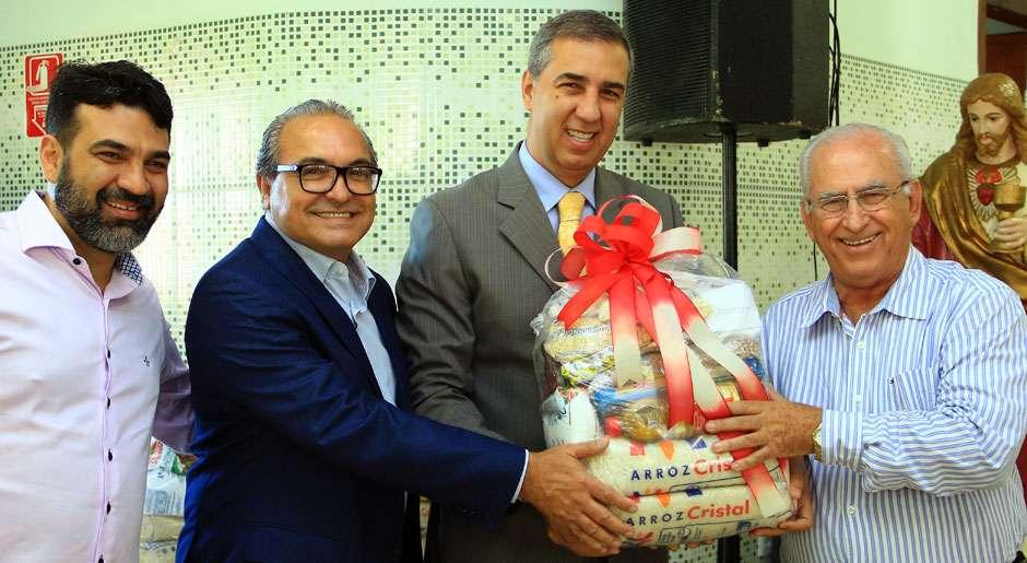 José Eliton cumpre 'Desafio do Bem' com doação de cestas básicas à Vila São Cottolengo