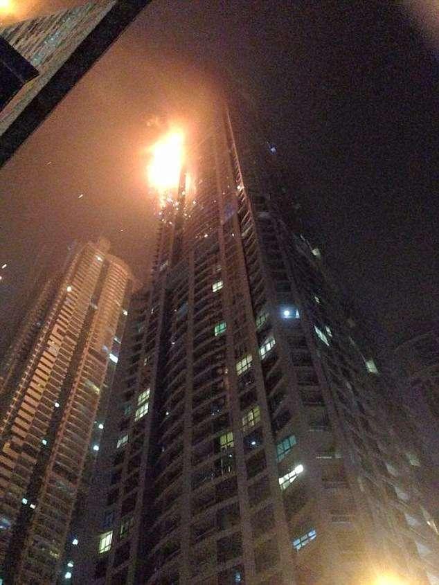 Incêndio atinge prédio residencial de 79 andares em Dubai