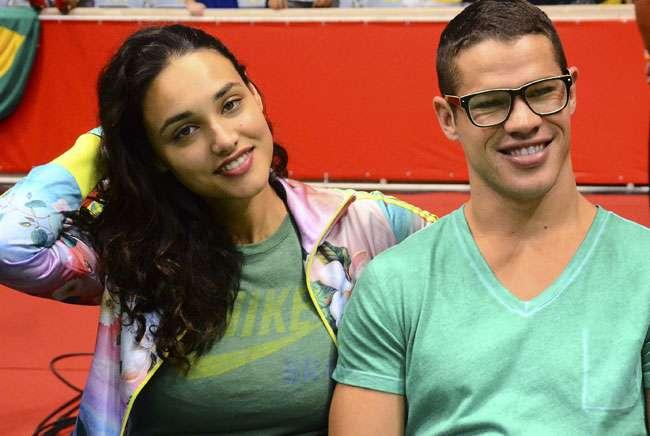José Loreto e Débora Nascimento torcem pelo Brasil em basquete