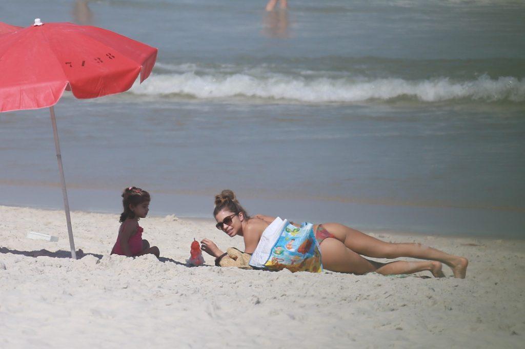 Grazi Massafera aproveita praia do Rio com a filha Sofia