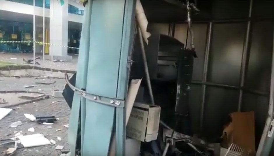 Bandidos explodem caixa eletrônico na Praça Tamandaré, em Goiânia