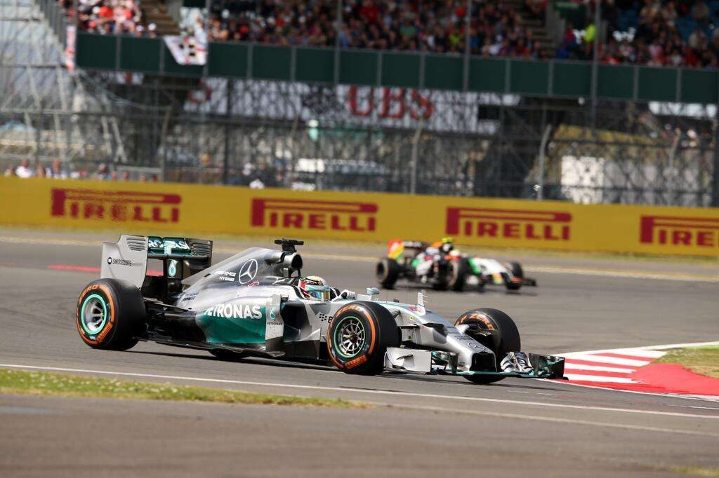 Rosberg abandona, Hamilton vence e cola no topo da F1
