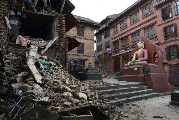 Três mulheres nepalesas são resgatadas com vida oito dias após terremoto