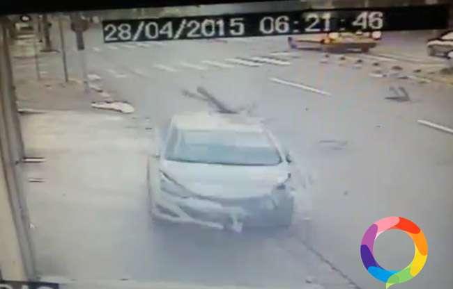 Motociclista fura sinal vermelho e é atingido por carro de passeio