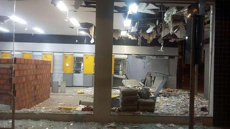 Bandidos explodem caixas eletrônicos do Banco do Brasil, em Minaçu