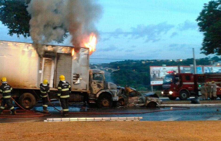Caminhão e carro de passeio pegam fogo na Avenida Perimetral Norte, em Goiânia