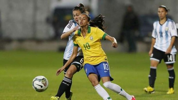 Seleção feminina goleia e fica a um empate do título