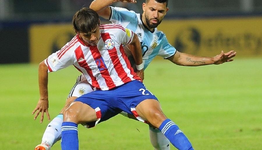 Agüero perde pênalti, Argentina cai em casa para o Paraguai e se complica