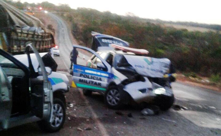 Caminhão desgovernado atinge duas viaturas da PM e deixa quatro militares feridos, em Catalão