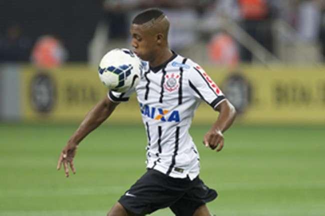 Corinthians bate Bahia no fim e segue na cola do G4