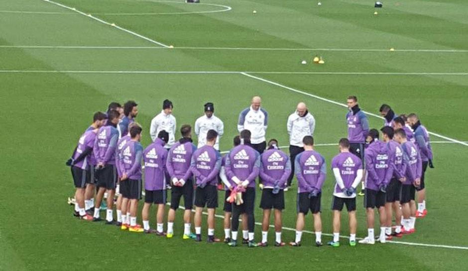 Antes de treinos, jogadores de Barcelona e Real Madrid fazem minuto de silêncio