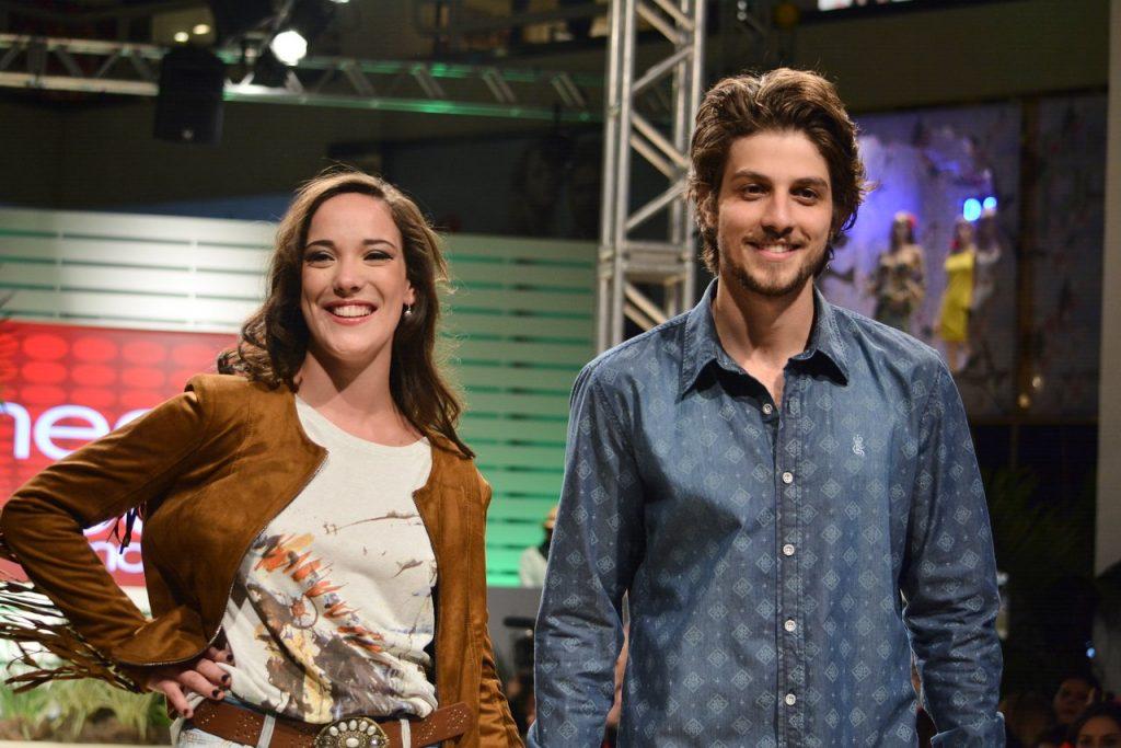 Chay Suede e Adriana Birolli desfilam em São Paulo