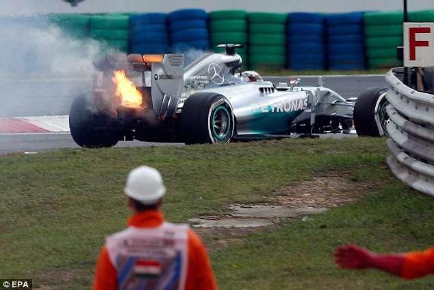 Carro de Hamilton pega fogo e Roserg fica com a pole