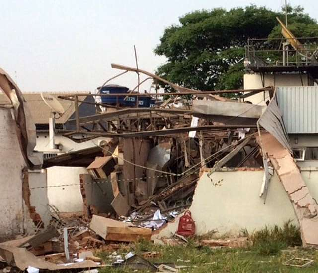 Explosão de caixa eletrônico destrói agência do Banco do Brasil, em Acreúna