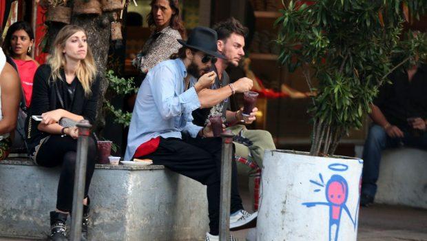 Jared Leto aproveita a folga para caminhar no calçadão de Ipanema, no Rio