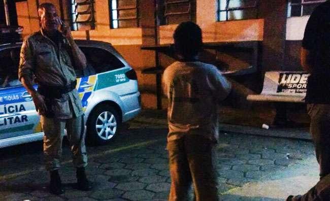 Policiais ajudam garoto que fugiu do Pará a reencontrar a irmã, em Goiânia