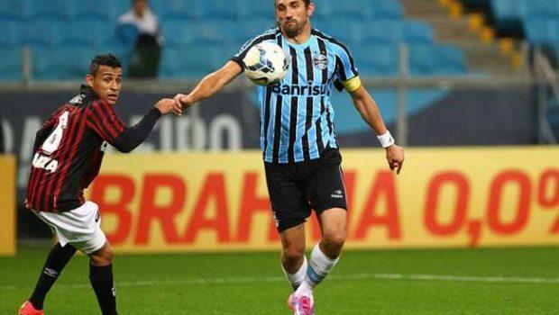 Grêmio derrota Atlético-PR com gol nos acréscimos
