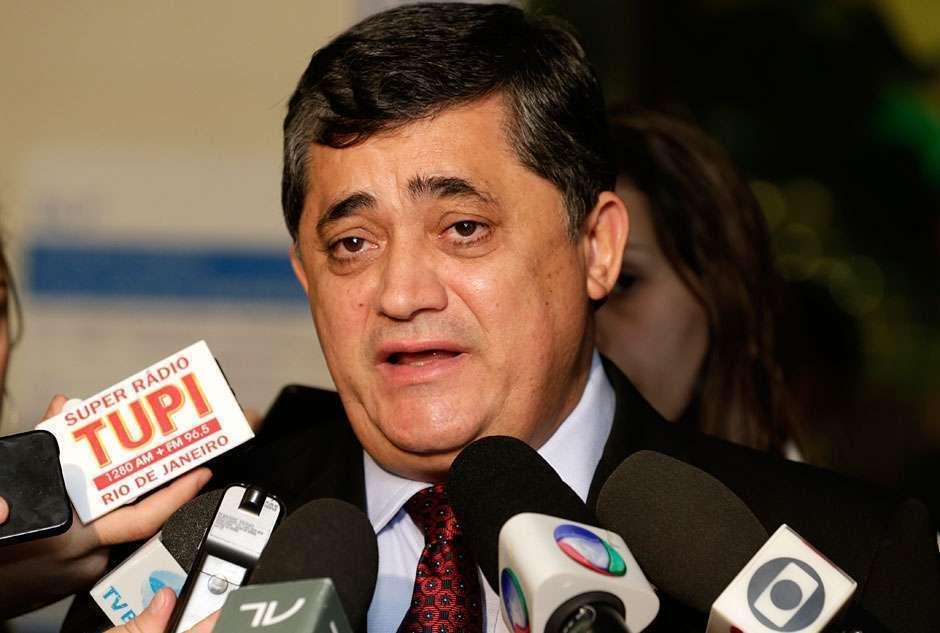 Deputado José Guimarães é cercado e hostilizado no aeroporto de Fortaleza; Assista