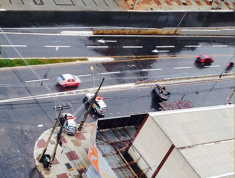 Motorista fica ferido após capotamento na Avenida 85