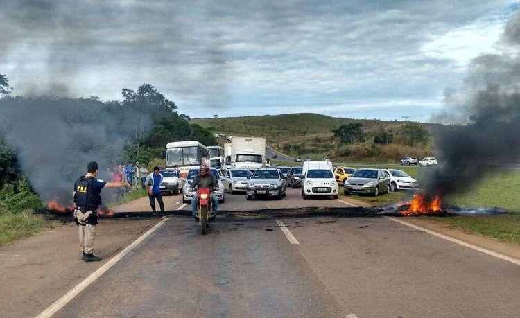 Trabalhadores rurais desbloqueiam rodovias federais em Goiás