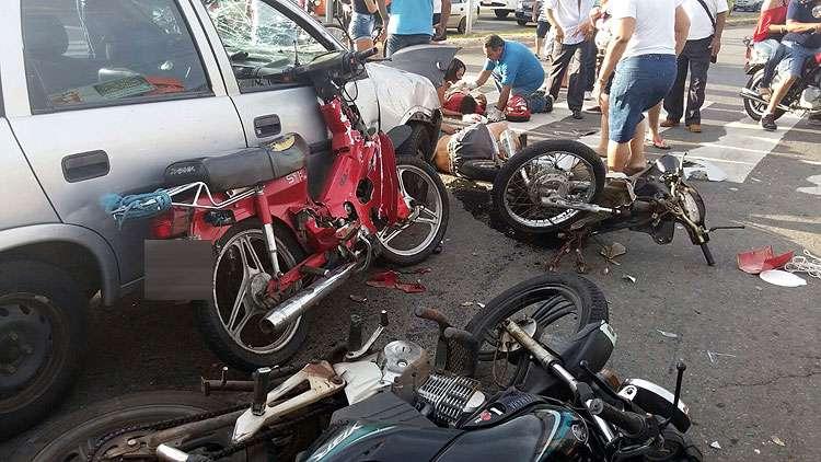 Colisão entre três motos e um carro deixa cinco pessoas feridas em Goiânia